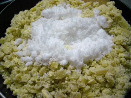 砂糖と塩を入れ馴染ませるように混ぜる