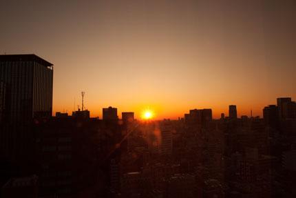 ホテルの窓からの朝日