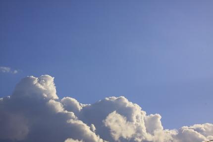 入道雲のように沸き立つ雲<br />