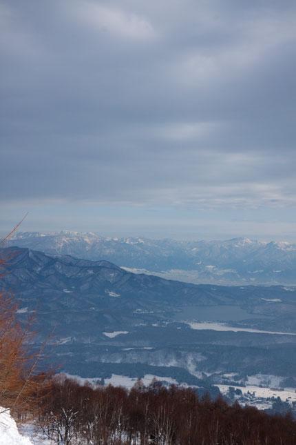 野尻湖、志賀高原を臨む