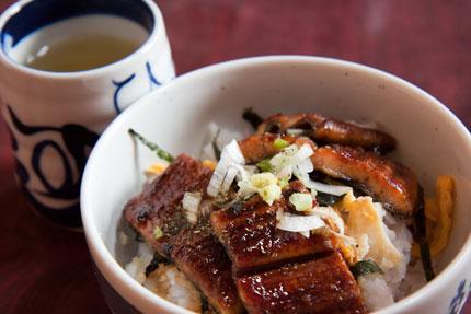 錦糸卵と海苔とネギと生わさびを加えた鰻丼