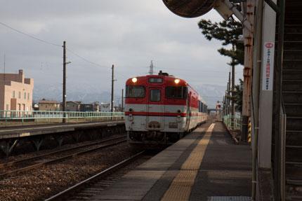 新関駅から新津駅への乗り換え電車