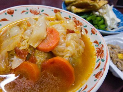 トマトスープのロールキャベツに納豆、油揚げとほうれん草