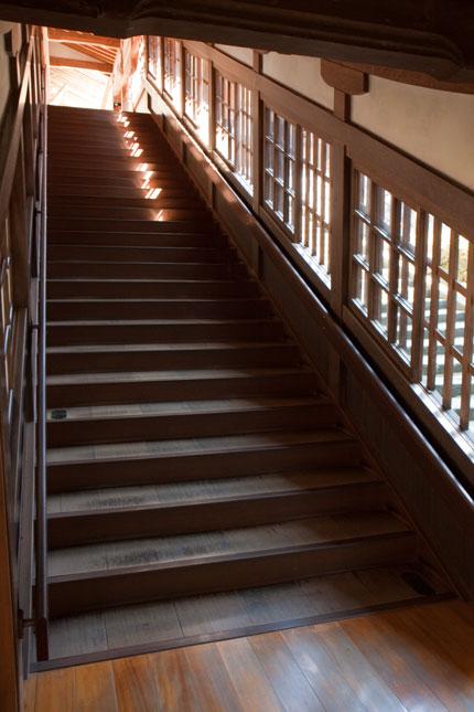 木造の長い階段