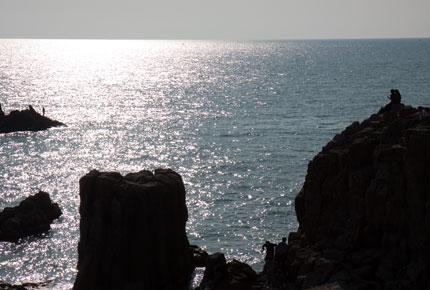 崖の下で釣りをする人もいれば、<br /> カップルで崖っぷちまで行き語らっていらっしゃる
