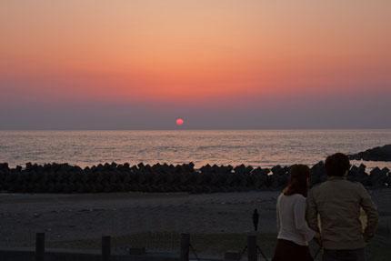 海に夕日が沈む光景