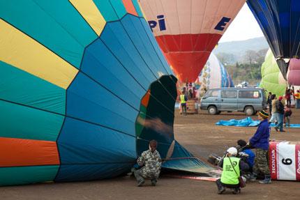 気球内の空気を暖め、出発準備です<br />