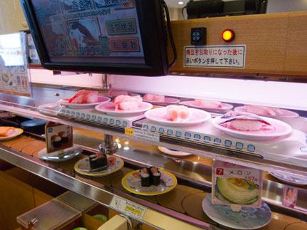 お寿司を運んでくるのが新幹線のような入れ物