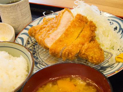 豚汁付きのロースカツ定食690円