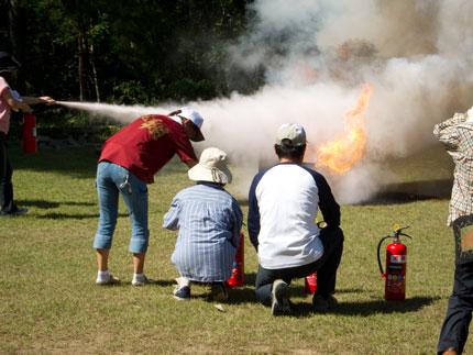 消化器を使って消火訓練