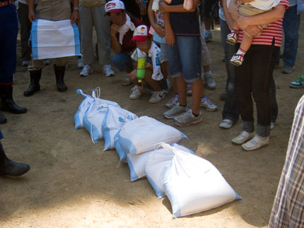 土嚢の作成の仕方と、積み方