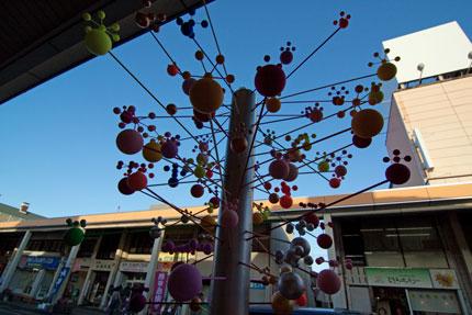 ボールを散りばめた花火の様な作品