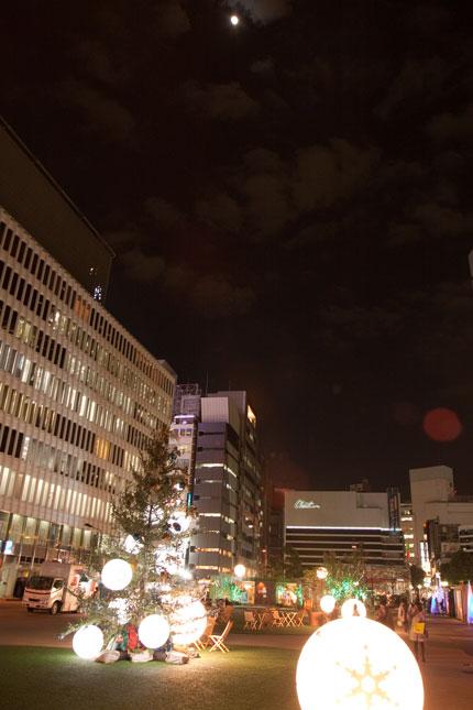 日比谷界隈のクリスマスライトアップと月