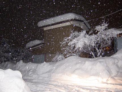 雪を寄せる場所も無くなってきました