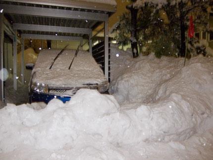 除雪車が大量の雪を車庫の前に置いて行きます