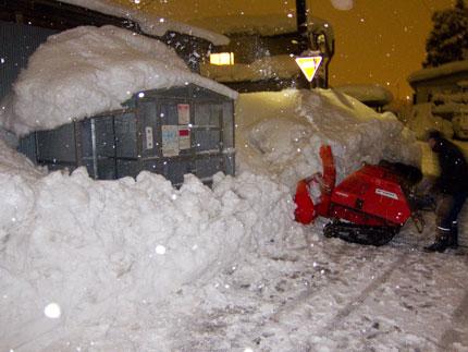 除雪機でゴミ集積所を除雪