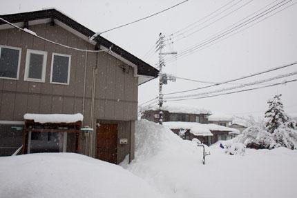 自然落下で積もった雪が1階部分を覆い尽くし
