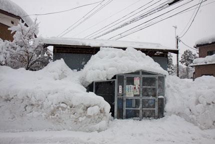ゴミ集積所も雪で覆われてしまった