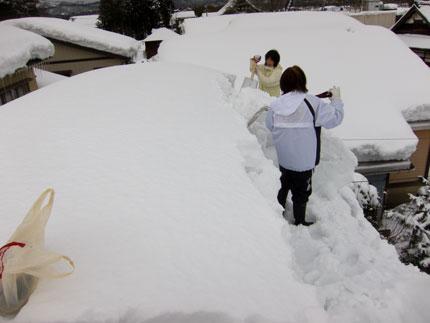 大屋根まで上り、除雪開始