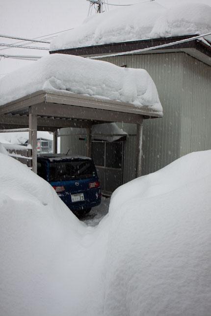車庫の屋根も沢山の雪に覆われていた