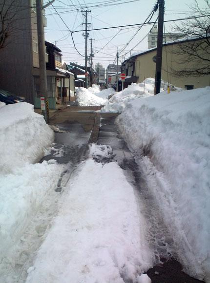 高田駅周辺の雪下ろし