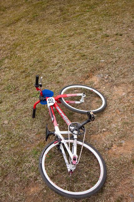 地面に横たわった自転車