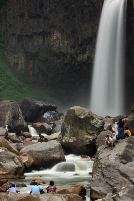 苗名滝に群がる人