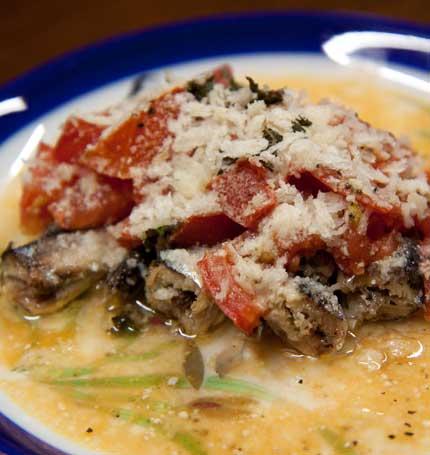 オイルサーディンの缶詰にトマトとパン粉オリーブオイル粉チーズを掛けた料理