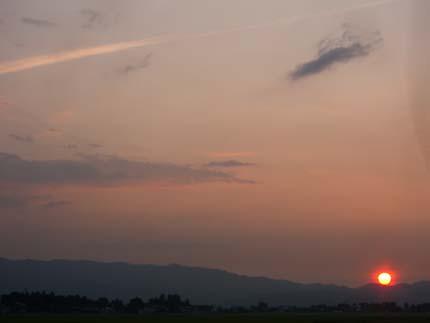 山に降りる夕日