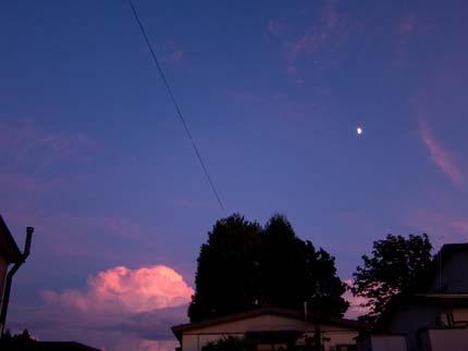 夕焼けに染まった空も月も