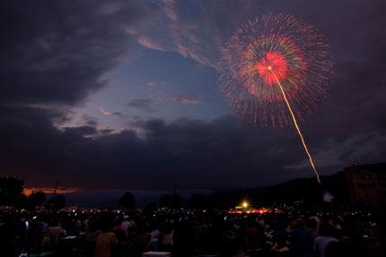、諏訪湖祭湖上花火大会が開始