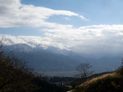 山の頂上付近は、ほんのり白く雪が降ったよう