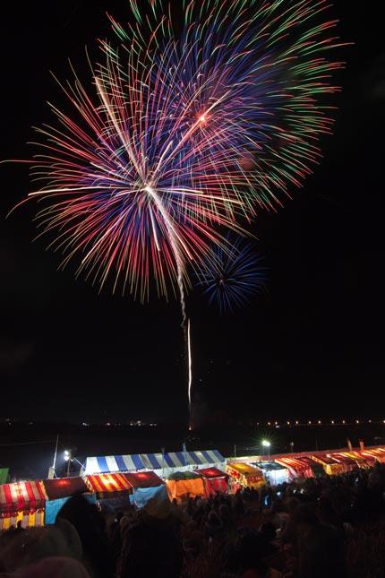 観客と屋台と花火のコラボレーション