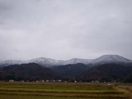南葉山の上だけ白く雪景色