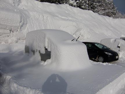 車は、雪の中
