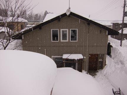 落ちた雪が積もり積もって、屋根まで