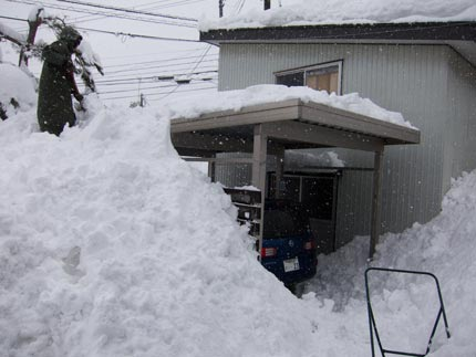 積み上がった雪を除雪