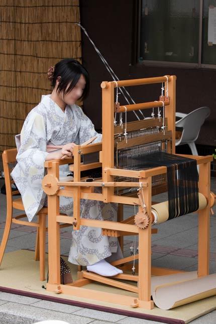織機で織っていました