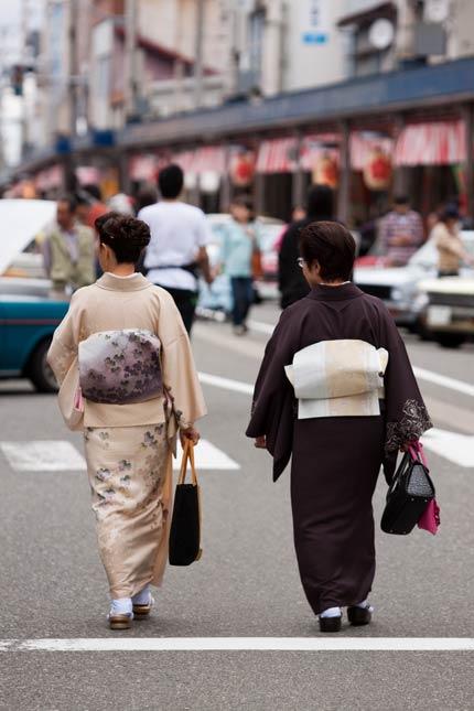 着慣れた姿で歩く人々