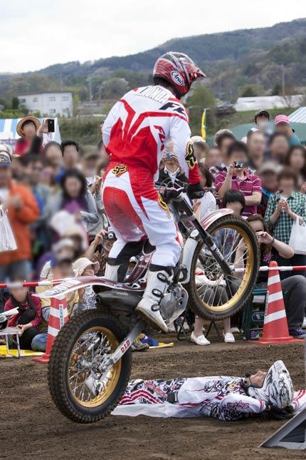 本多元治選手のバイクがジャンプ