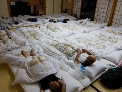 大広間で寝ました