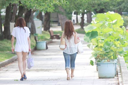 木陰を散歩している美人