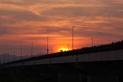 日も長岡大橋に沈み