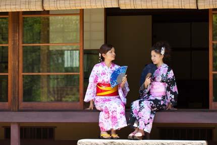 小林古径邸でくつろぐマアヤさんと梨緒さん