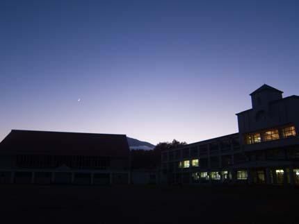 夕焼け後の月