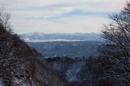 雪景色となった山々