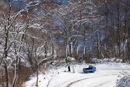 除雪の為のポールを立てている作業員