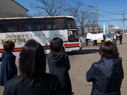 バスが学校に到着