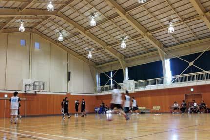 バスケットボールチームを指導