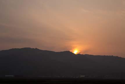 山に落ちる夕日